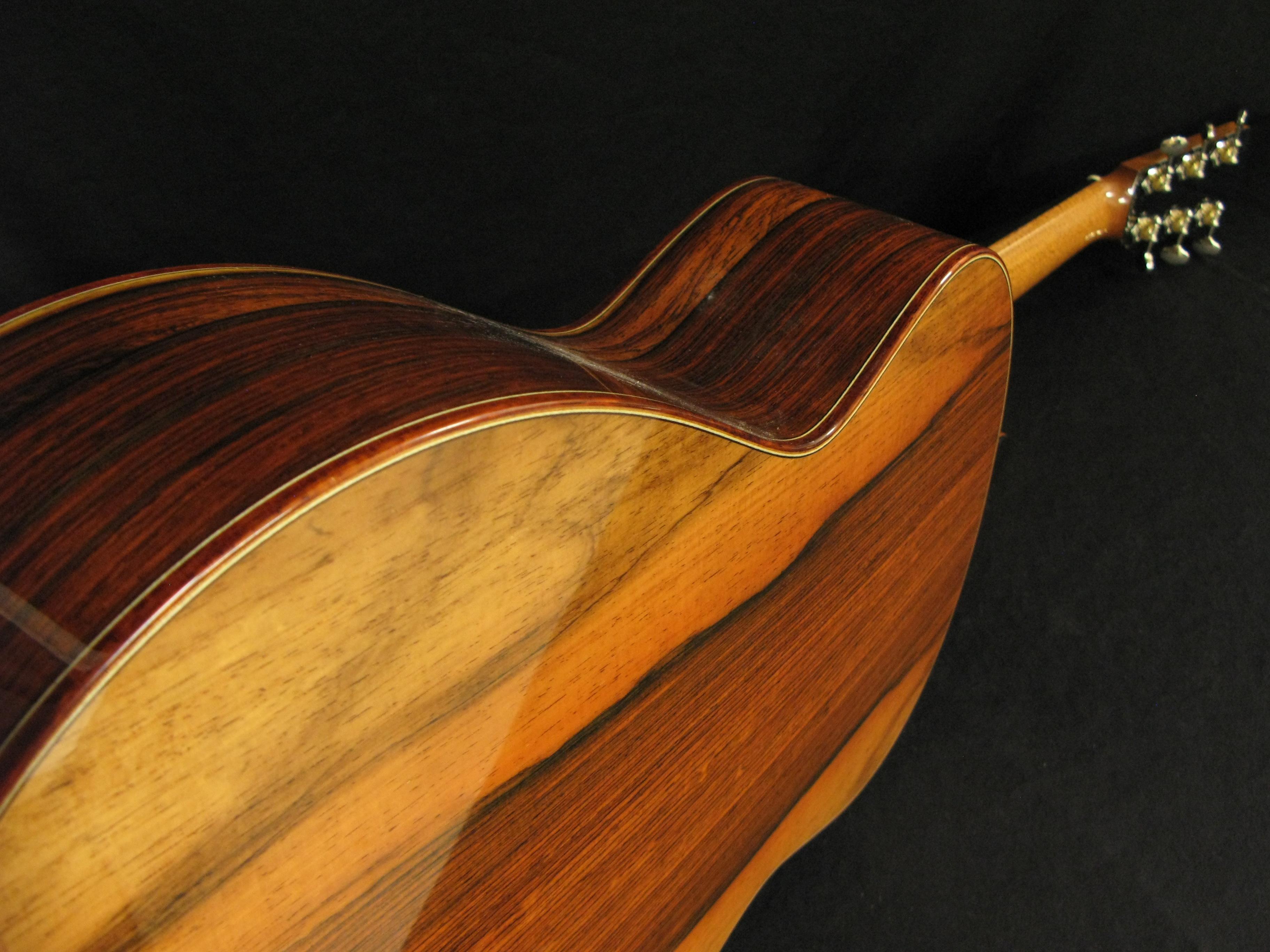 Käsintehty akustinen kitara